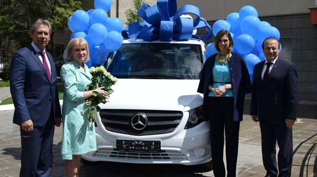 Вручение автомобиля Центру вице-президентом ООО УК Промышленно-металлургический холдинг Галиной Андреевной Ратниковой